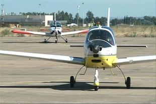 Los pilotos de la Vuelta Ib�rica de aeronaves ligeras hacen escala en la Base A�rea de Talavera la Real