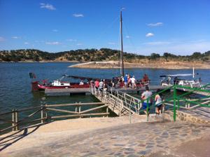 Unas cien personas participan en el ��Paseo en Velero y Observaci�n de Estrellas�� organizado por la Diputaci�n en el embarcadero de Cheles
