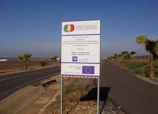 Dos heridos en una salida de la v�a de un turismo en Almendralejo