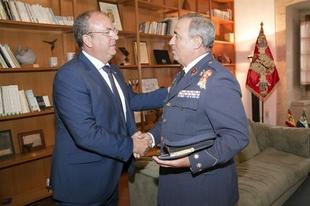 Monago recibe al nuevo coronel de la Base A�rea de Talavera la Real
