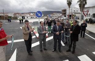 Inaugurada la glorieta de intersecci�n entre las carreteras provinciales BA-135 y BA-136