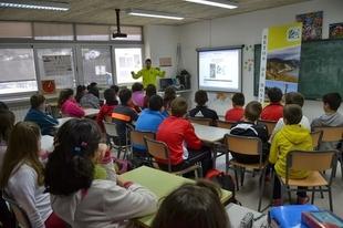 El atleta extreme�o Pedro Hern�ndez explica su experiencia en carreras por monta�a a alumnos de Fuente del Maestre