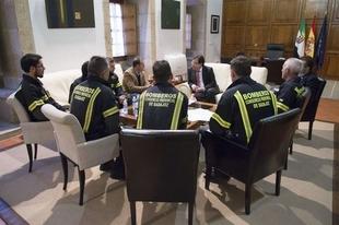 Vara se re�ne con bomberos del CEPEI de la Diputaci�n de Badajoz y con miembros del grupo Acetre