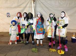 Los vecinos de Ribera del Fresno celebran el carnavalero D�a del Mascar�n con sus ''peores ropas''