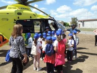 Ni�os y menores participan en una jornada de puertas abiertas con servicios de seguridad y sanitarios