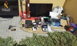 La Guardia Civil detiene a cinco vecinos de Montijo y desmantela tres cultivos de marihuana con 110 plantas