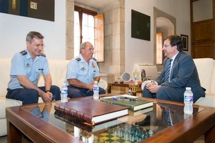 Fern�ndez Vara recibe al nuevo coronel jefe de la Base A�rea de Talavera la Real