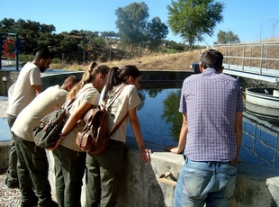 Alumnos del programa Aprendizext visitan la depuradora de Oliva de la Frontera