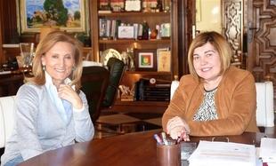 Jerónima Sayagués se despide de la presidenta de la Diputación de Cáceres y le agradece el clima de