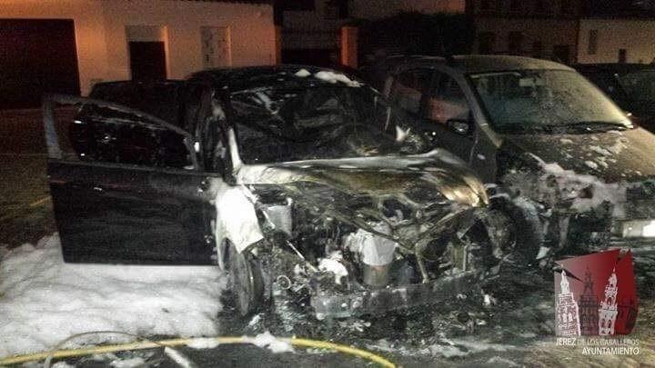 Dos coches acaban calcinados tras la quema de contenedores en un acto vandálico en Jerez de los Caballeros