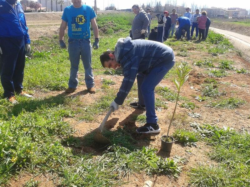 Voluntarios de Inclusives retiran 150 kilos de basura en el Camino Natural Vía Verde Vegas del Guadiana