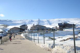 Alumnos procedentes del mundo rural de la provincia de Badajoz visitan la estación de esquí de La Covatilla