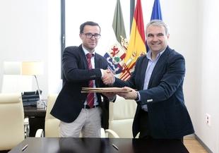 Diputación y ayuntamiento de la capital pacense firman un convenio para compartir fibra óptica municipal