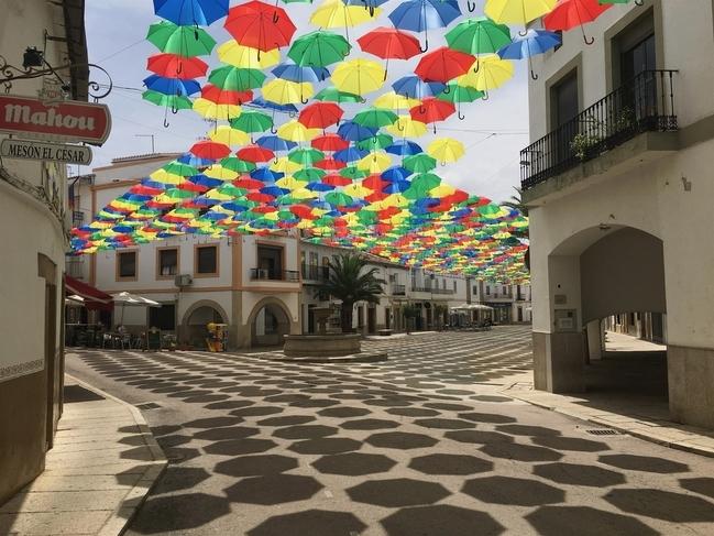 Cerca de 1.400 paraguas inundan de color y dan sombra a la Plaza Mayor de Malpartida de Cáceres