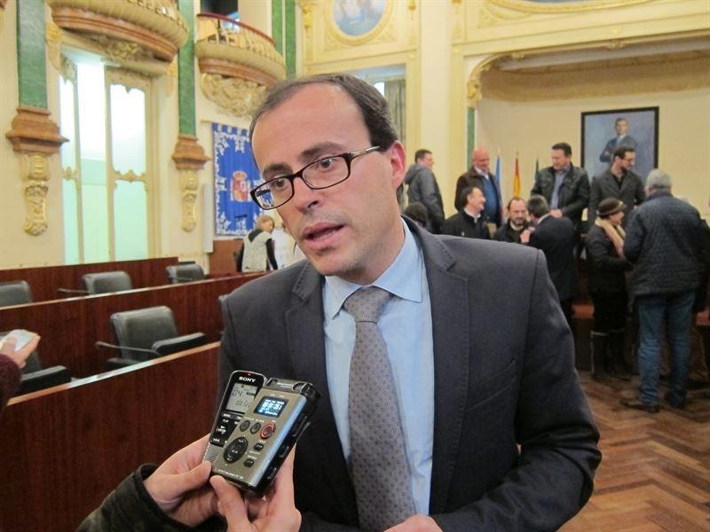 Miguel Ángel Gallardo, en nombre de la Diputación, felicita a los galardonados con la Medalla de Extremadura 2017