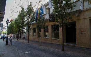Las banderas de la Diputación de Badajoz ondean a media asta