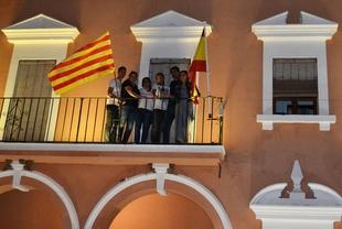 Villanueva del Fresno decide izar la Señera de Cataluña como muestra de apoyo al pueblo catalán y las alcaldesas y alcaldes no independentistas
