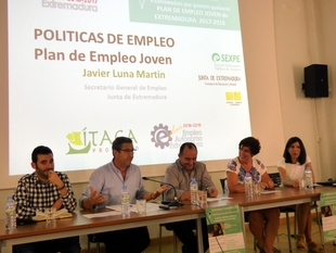 Los jóvenes de Campiña Sur son informados por el Plan de Empleo Joven de Extremadura 2017/2018