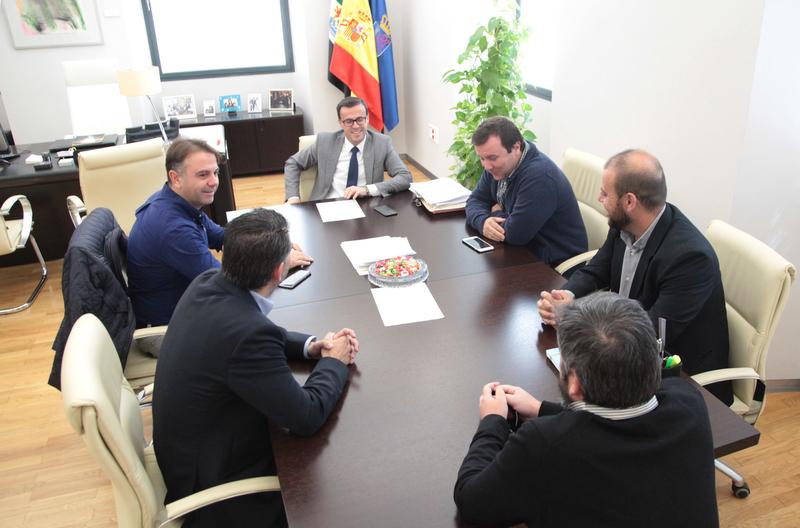 Los clubes de fútbol de Segunda B de Villanueva de la Serena, Badajoz, Almendralejo y Mérida, visitan al presidente