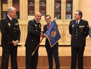 El presidente de la Diputación hace entrega del Guión de la Comisaría Provincial a la Policía Nacional
