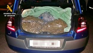 Detenido cuando transportaba en su vehículo casi 15 kilos de cogollos de marihuana a la altura de Mérida