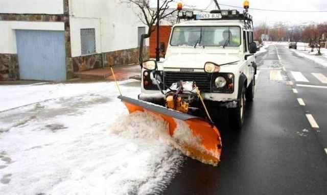 Rosario Cordero destaca el trabajo realizado para mantener limpias de nieve las carreteras de la provincia de Cáceres