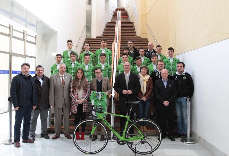 El equipo ciclista élite y sub-23 Bicicletas Rodríguez se presenta en la Diputación