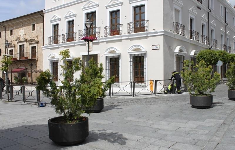 Comienza la instalación de un vallado en el perímetro de la Plaza de España de Mérida
