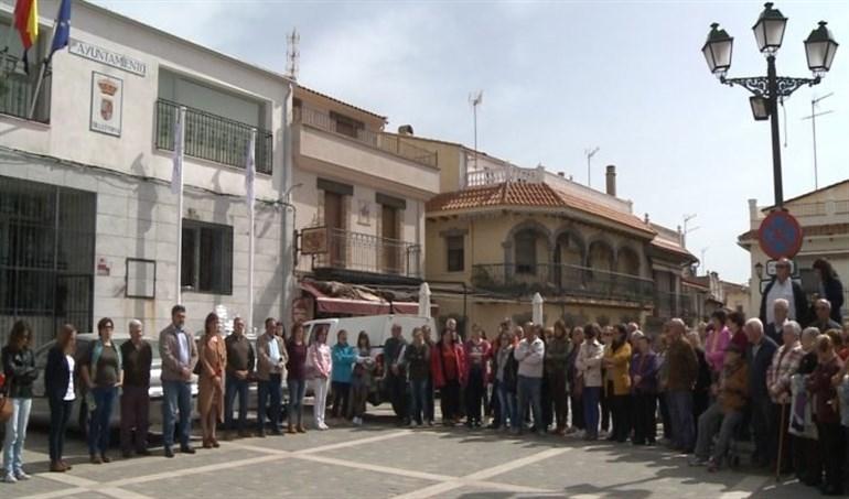 Deleitosa (Cáceres) guarda un minuto de silencio por las dos mujeres asesinadas en Vitoria