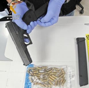 La Guardia Civil detiene a dos conocidos delincuentes cuando portaban ilegalmente una pistola