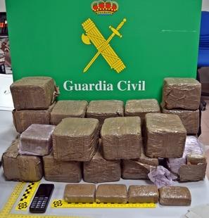 La Guardia Civil detiene a una persona que intentó desvincularse de 21 kg de hachís