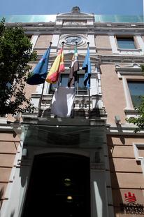 La Diputación de Badajoz iza una bandera blanca como adhesión al Día Mundial de los Refugiados