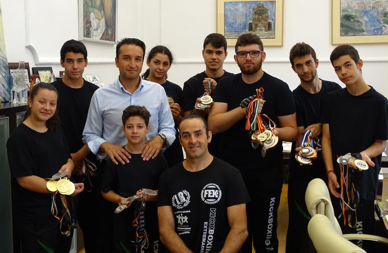 Representantes de la Federación Extremeña de Kickboxing visitan al diputado provincial de Cultura