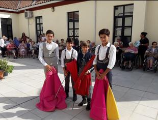 Alumnos de la Escuela de Tauromaquia ofrecen toreo de Salón en la Residencia de Mayores Puente Real
