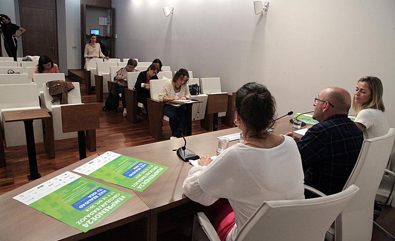 La Diputación de Badajoz entrega a los municipios pacenses los primeros puntos de recarga para vehículos eléctricos