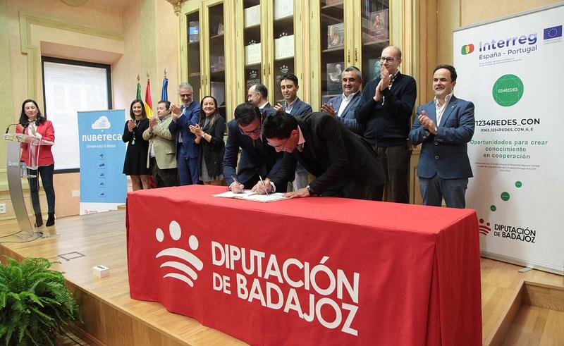 Firma del convenio para la creación de los Espacios Nubeteca en 2018