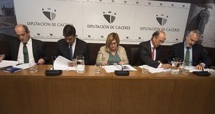 Diputación y entidades financieras firman convenios para ayudar a las personas beneficiarias de los planes Diputación Emprende y Diputación Rehabilita