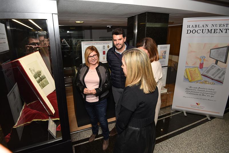 El programa de la Diputación ''Hablan nuestros documentos'' se inaugura con la exposición de seis Constituciones históricas