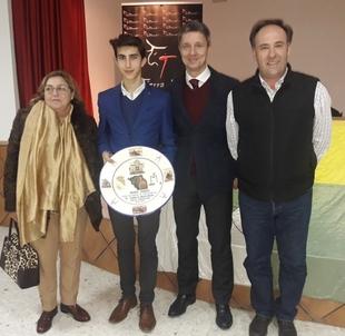 El alumno de la Escuela Taurina Manuel Perera recoge el premio como triunfador del II Memorial ''Don Pablo Mayoral''