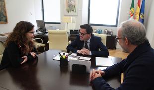 Los directores del yacimiento del Turuñuelo presentan los resultados de la última campaña de excavaciones al presidente de la Diputación