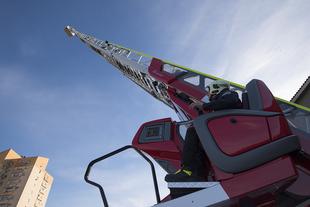 El SEPEI de Cáceres estrena un vehículo auto-escalera automática adquirido por la Diputación