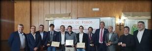 El alumno de la Escuela Taurina de Badajoz, Carlos Domínguez, recoge un premio en Villafranca de los Barros