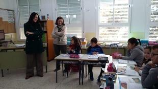 Esther Gutiérrez visita el colegio de Valencia del Ventoso, recientemente reformado