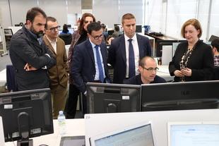 Gallardo visita la sede de la empresa Indra