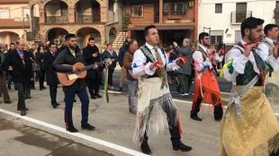 Los Danzantes de Peloche ya tienen una estatua que reconoce este baile tricentenario en honor de San Antón Abad