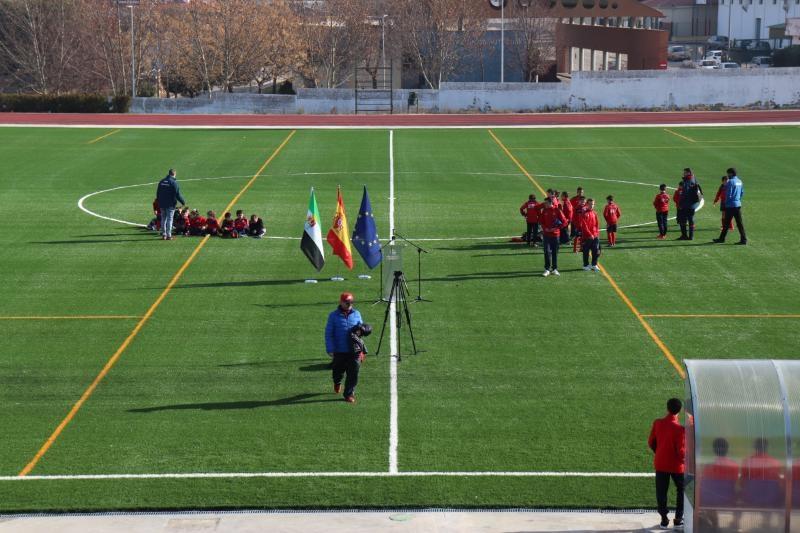 Cabeza del Buey reabre su campo de fútbol, en el que se ha instalado césped artificial