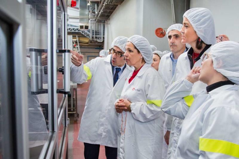 La vicepresidenta de la Junta y la ministra de Industria visitan las instalaciones de la empresa Inquiba en Guareña