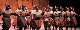 Las murgas del Carnaval de Badajoz ''Marwan'' y ''Los Espantaperros'' actúan en la R.U. Hernán Cortés