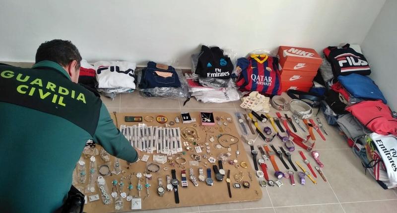 La Guardia Civil interviene más de un centenar de joyas, relojes y prendas deportivas que se intentaría vender de forma clandestina