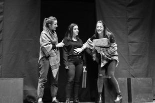 Gran éxito en el comienzo de la gira ''Teatro Solidario'' del Grupo de Teatro de la Residencia Universitaria Hernán Cortés